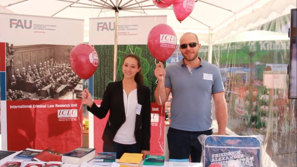 """Mitarbeiter des Standes """"Recht und Unrecht"""" mit Luftballons"""